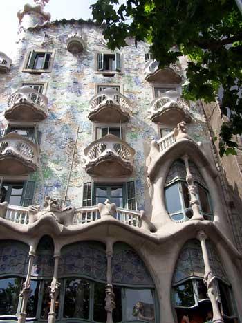 Antoni gaudi architecte de barcelone for Courant architectural